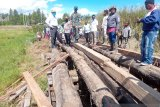 Pemkab Jayawijaya sokong warga swadaya membangun jembatan