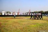 Wakil Gubernur Jawa Timur Emil Dardak  (kedua kiri) Komandan Korps Marinir (Dankormar) Mayor Jenderal TNI (Mar) Suhartono (ketiga kiri) bersama sejumlah perwira tinggi Korps Marinir meninjau Museum Korps Marinir di Markas Komando Pasmar 2 Korps Marinir Gedangan, Sidoarjo, Jawa Timur, Kamis (13/8/2020). Korps Marinir melakukan peluncuran awal Museum Korps Marinir yang akan menjadi salah satu wisata edukasi yang memberikan wawasan tentang sejarah dan Alat Utama Sistem Senjata (Alutsista) Marinir di Indonesia. Antara Jatim/Umarul Faruq/zk