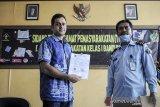 Mantan terpidana kasus korupsi Wisma Atlet M Nazaruddin (kiri) menunjukan surat bebas murni saat mengunjungi Balai Pemasyarakatan (Bapas) Kelas I Bandung, Jawa Barat, Kamis (13/8/2020). Setelah memperoleh cuti menjelang bebas pada 14 Juni 2020 lalu, kedatangan M Nazarudiin ke Bapas Kelas I Bandung tersebut untuk menerima surat bebas murni setelah menjalani masa tahanan di Lapas Sukamiskin. ANTARA JABAR/Raisan Al Farisi/agr