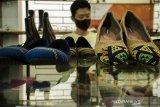 Pekerja menyelesaikan pembuatan sepatu Tori berbahan kain tenun di Ruang Produksi Terampil Sejahtera, Banung, Jawa Barat, Kamis (13/8/2020). Produsen Sepatu yang juga salah satu umkm Mitra Binaan PT. Pertamina tersebut menjadi salah satu umkm yang mampu bertahan selama pandemi COVID-19 dengan menjual sepatu berbahan kain tenun, lurik, batik dan kulit kisaran harga Rp.100 ribu hingga Rp. 750 ribu serta dipasarkan ke Jakarta, Pulau Sulawesi dan Pulau Kalimantan. ANTARA JABAR/Novrian Arbi/agr