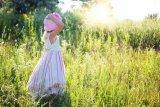 Haruskah membuka baju anak saat berjemur di bawah sinar matahari?
