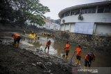 Petugas BPBD bersama relawan membersihkan Sungai Cikapundung di Bandung Jawa Barat, Jumat (14/8/2020). Kegiatan bersih-bersih lingkungan yang diikuti oleh anggota TNI, petugas pemadam kebakaran, BPBD, relawan dan komunitas di Sungai Cikapundung dan Jalan Sukarno tersebut digelar dalam rangka jelang peringatan HUT RI ke 75. ANTARA JABAR/Raisan Al Farisi/agr