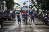 Petugas pemadam kebakaran membersihkan Jalan Sukarno di Bandung Jawa Barat, Jumat (14/8/2020). Kegiatan bersih-bersih lingkungan yang diikuti oleh anggota TNI, petugas pemadam kebakaran, BPBD, relawan dan komunitas di Sungai Cikapundung dan Jalan Sukarno tersebut digelar dalam rangka jelang peringatan HUT RI ke 75. ANTARA JABAR/Raisan Al Farisi/agr