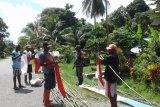 Warga kampung Sarafambai Pulau Yapen pasang bendera Merah Putih sambut HUT RI