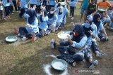 Peserta mengikuti lomba estafet tepung dalam rangka perayaan HUT ke 75 RI di Pangkalan Lanud Sultan Iskandar Muda, Blang Bintang, kabupaten Aceh Besar, Aceh, Jumat (14/8/2020). Aneka perlombaan yang digelar dalam rangka perayaan HUT ke 75 RI itu, antara lain menangkap ikan, belut, tarik tambang, pengumpulan tepung dan pukul bantal. Antara Aceh/Ampelsa.