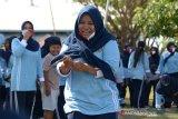 Seorang peserta berlari membawa ikan belut saat mengikuti perlombaan dalam rangka perayaan HUT ke 75 RI di Pangkalan Lanud Sultan Iskandar Muda, Blang Bintang, kabupaten Aceh Besar, Aceh, Jumat (14/8/2020). Aneka perlombaan yang digelar dalam rangka perayaan HUT ke 75 RI itu, antara lain menangkap ikan, belut, tarik tambang, pengumpulan tepung dan pukul bantal. Antara Aceh/Ampelsa.