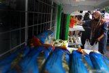 Warga mengambil sembako yang disediakan  di Lumbung Sedekah Pangan di Purwantoro, Malang, Jawa Timur, Jumat (14/8/2020). Lumbung Sedekah Pangan tersebut didirikan untuk membantu menyediakan kebutuhan sembako gratis bagi masyarakat terdampak COVID-19. Antara Jatim/Ari Bowo Sucipto/zk