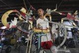 Perajin menyelesaikan pesanan mainan keseimbangan (balancing toys) di Desa Majasih, Sliyeg, Indramayu, Jawa Barat, Jumat (14/8/2020). Perajin Balancing toys yang dijual seharga Rp800 ribu hingga satu juta rupiah itu mulai produksi pesanan untuk ekspor ke berbagai negara di Eropa setelah hampir delapan berhenti akibat pandemi COVID-19. ANTARA JABAR/Dedhez Anggara/agr