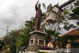 Anggota TNI bersih-bersih patung pahlawan menjelang HUT RI