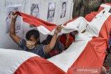 Sejumlah warga mengarak bendera saat mengikuti tradisi Mencuci Bendera Merah Putih di Gang Warga, Lingkungan Janggala, Kabupaten Ciamis, Jawa Barat, Jumat (14/8/2020). Tradisi gerakan mencuci bendera merah putih untuk menyambut HUT ke-75 Kemerdekaan RI itu bertujuan menanamkan jiwa nasionalisme serta mengedukasi generasi melenial untuk menjaga tradisi tersebut. ANTARA JABAR/Adeng Bustomi/agr