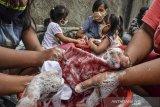 Sejumlah warga mengikuti tradisi Mencuci Bendera Merah Putih di Gang Warga, Lingkungan Janggala, Kabupaten Ciamis, Jawa Barat, Jumat (14/8/2020). Tradisi gerakan mencuci bendera merah putih untuk menyambut HUT ke-75 Kemerdekaan RI itu bertujuan menanamkan jiwa nasionalisme serta mengedukasi generasi melenial untuk menjaga tradisi tersebut. ANTARA JABAR/Adeng Bustomi/agr