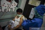 Petugas menyuntikan vaksin kepada relawan saat uji klinis Vaksin COVID-19, Bandung, Jawa Barat, Jumat (14/8/2020). Tim Riset Uji Klinis Vaksin COVID-19 mulai melakukan penyuntikkan vaksin bagi para relawan yang dinyatakan sehat dari hasil pemeriksaan kesehatan, rapid test, pengambilan sampel darah dan tes usap di lima lokasi di Kota Bandung. ANTARA JABAR/Prima Mulia/NA/Pool/agr