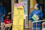 Petugas kesehatan beraktivitas saat persiapan penyuntikkan  uji klinis Vaksin COVID-19, Bandung, Jawa Barat, Jumat (14/8/2020). Tim Riset Uji Klinis Vaksin COVID-19 mulai melakukan penyuntikkan vaksin bagi para relawan yang dinyatakan sehat dari hasil pemeriksaan kesehatan, rapid test, pengambilan sampel darah dan tes usap. ANTARA JABAR/Novrian Arbi/agr