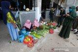 Petugas gabungan dari tim Gugus Tugas Percepatan Penanganan COVID-19 Provinsi Aceh memberikan pengarahan serta peringatan kepada pedagang kaki lima dan pengunjung pasar tradisional untuk memakai masker dan menjalankan protokol kesehatan di Lambaro, Aceh Besar, Aceh, Jumat (14/8/2020). Tim Gugus Tugas Percepatan Penanganan COVID-19 Provinsi Aceh kembali memperketat pengawasan terhadap pelaksanaan protokol kesehatan ditempat umum guna mencegah penularan dan penyebaran COVID-19. Antara Aceh/Irwansyah Putra.