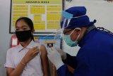 Petugas kesehatan menyuntikkan vaksin kanker serviks kepada siswa kelas VI dalam Bulan Imunisasi Anak Sekolah (BIAS) di SD Negeri 8 Sumerta, Denpasar, Bali, Jumat (14/8/2020). Vaksinasi measles rubella dan kanker serviks tersebut menyasar siswa kelas I dan kelas VI di setiap sekolah dasar se-Denpasar yang dilakukan secara bertahap dengan menerapkan protokol kesehatan COVID-19 termasuk mengatur jumlah siswa yang hadir ke sekolah. ANTARA FOTO/Nyoman Hendra Wibowo/nym.