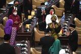 Presiden Joko Widodo didampingi Wakil Presiden Ma'ruf Amin meninggalkan ruang sidang paripurna seusai menghadiri sidang tahunan MPR dan Sidang Bersama DPR-DPD di Komplek Parlemen, Senayan, Jakarta, Jumat (14/8/2020). ANTARA FOTO/Akbar Nugroho Gumay/nym.