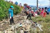 TNI bersama warga Paniai karya bakti bersihkan tempat pembuangan sampah
