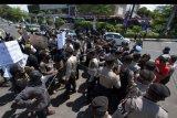 Polisi menghadang para mahasiswa asal Papua saat berunjuk rasa, di Denpasar, Bali, Sabtu (15/8/2020). Polisi membubarkan aksi tersebut karena melewati batas waktu yang diizinkan dan nyaris terjadi bentrokan dengan sekelompok masyarakat. ANTARA FOTO/Nyoman Hendra Wibowo/nym.