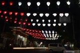 Pengendara melintas di bawah lampion bernuansa merah putih di kawasan Alun-alun Kota Madiun, Jawa Timur, Jumat (14/8/2020). Pemkot Madiun memasang lampion bernuansa merah putih di sejumlah lokasi untuk memeriahkan peringatan Hari Ulang Tahun ke-75 Proklamasi Kemerdekaan RI. Antara Jatim/Siswowidodo/zk.