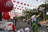 Petugas memasang lampion bernuansa merah putih di kawasan Alun-alun Kota Madiun, Jawa Timur, Jumat (14/8/2020). Pemkot Madiun memasang lampion bernuansa merah putih di sejumlah lokasi untuk memeriahkan peringatan Hari Ulang Tahun ke-75 Proklamasi Kemerdekaan RI. Antara Jatim/Siswowidodo/zk.