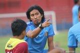 Pelatih baru Persik Kediri Budi Sudarsono memberikan arahan kepada pemain saat latihan di Stadion Brawijaya, Kota Kediri, Jawa Timur, Jumat (14/8/2020). Mantan asisten pelatih Kalteng Putra pada Liga 2 musim 2017 dengan lisensi kepelatihan A AFC (Asian Football Confederation) tersebut resmi menggantikan Joko Susilo sebagai pelatih Persik Kediri pada musim kompetisi Liga 1 yang akan segera bergulir kembali. Antara Jatim/Prasetia Fauzani/zk.