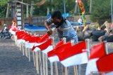 Anggota Kelompok Sadar Wisata (pokdarwis) memasang bendera merah putih di tempat wisata Pantai Cacalan, Banyuwangi, Jawa Timur, Jumat (14/8/2020). Pemasangan bendera merah putih untuk mempercantik kawasan wisata  pantai itu, bertujuan untuk menyemarakkan HUT ke-75 Kemerdekaan Indonesia. Antara Jatim/Budi Candra Setya/zk.