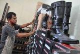 Kadiruddin memperlihatkan produk sepatu buatannya yang dijual Rp100 ribu hingga Rp600 ribu per pasang (tergantung model) di Jalan AR Hakim Lorong Bahagia Medan, Sumatera Utara, Senin (10/8/2020). Produk sepatu yang sudah memiliki hak paten bernama