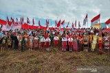 Bendera merah putih raksasa dikibarkan di tapal batas Indonesia-Malaysia