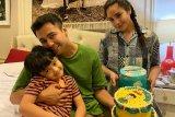 Raffi Ahmad divaksin, keluarga  nonton bareng