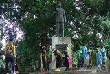 Warga Temanggung bersihkan di kawasan Monumen Bambang Soegeng