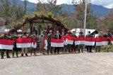 Warga Sinak bersama Koramil 1714-04 pasang bendera Merah Putih
