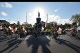Anggota Komunitas Sepeda Tua Indonesia (Kosti) Bali menggelar pawai berkeliling Kota Denpasar, Bali, Senin (17/8/2020). Pawai sepeda tua yang diikuti 100 peserta tersebut untuk memperingati HUT ke-75 Kemerdekaan Republik Indonesia sekaligus sebagai daya tarik pariwisata khususnya bagi wisatawan domestik di masa adaptasi kebiasaan baru. ANTARA FOTO/Nyoman Hendra Wibowo/nym.