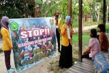 Mahasiswa UPR latih masyarakat Pulang Pisau membuat cairan pembersih tangan