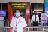 Penumpang Bandara Samrat berdiri tegap saat pengibaran bendera