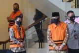 Mantan pimpinan DPRD Jambi AR Syahbandar (kanan), Chumaidi Zaidi (tengah) dan Cornelis Buton (kiri) berjalan menuju mobil tahanan usai diperiksa di gedung KPK, Jakarta, Selasa (18/8/2020). Mereka diperiksa dalam penyidikan kasus suap terkait pengesahan RAPBD Provinsi Jambi Tahun Anggaran 2018. ANTARA FOTO/Hafidz Mubarak A/foc.