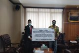 Staf khusus Presiden Billy Mambrasar bagi kuota internet gratis ke mahasiswa Papua di UNJ