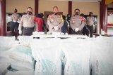 Polisi sita dua mobil bermuatan pupuk tanpa dokumen