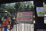 Petugas berjaga di pintu gerbang pendakian Gunung Lawu di Cemoro Sewu yang ditutup di Kabupaten Magetan, Jawa Timur, Rabu (19/8/2020). Setelah sebelumnya sempat dibuka selama sekitar sebulan, pengelola kawasan wisata Gunung Lawu menutup kembali jalur pendakian menuju puncak Gunung Lawu melalui jalur Cemoro Sewu guna pencegahan penyebaran COVID-19. Antara Jatim/Siswowidodo/zk.