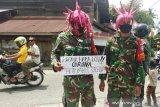 Aksi anggota TNI di Aceh Barat yang menyamar jadi 'virus corona'