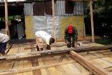Prajurit TNI Koramil Waropen Bawah membantu renovasi rumah warga