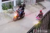 Empat pemuda sikat sepeda motor sport yang terkunci setang