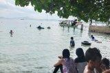Wisatawan lokal ramai kunjungi wisata pantai pada libur cuti bersama