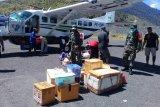 Prajurit TNI lakukan penyemprotan disinfektan di bandara Illu