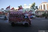 Mobil berbendera Merah Putih yang dikendarai oleh Iyon Haryono (52) melintas di Jalan Pahlawan, Surabaya, Jawa Timur, Jumat (21/8/2020). Aksi memperingati HUT ke-75 Kemerdekaan Republik Indonesia dengan mengendarai mobil berbendera Merah Putih dari kota Bandung menuju Bali itu telah tiba di Surabaya. Antara Jatim/Didik/Zk