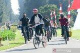 Gowes ditemani Kaesang, Presiden Joko Widodo bagikan masker di area Istana Bogor