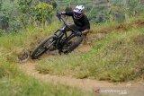 Pegiat olahraga Mountain Bike (MTB) menjajal Trek Sepeda Kanhay di Cibiru, Bandung, Jawa Barat, Senin (24/8/2020). Pemerintah Kota Bandung berencana akan mengembangkan Trek Sepeda Kanhay yang merupakan trek sepeda MTB satu-satunya di Kota Bandung dan diharapkan mampu menghasilkan atlet-atlet baru cabang olahraga MTB dan Downhill. ANTARA JABAR/Raisan Al Farisi/agr