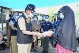 Bupati Muhammad Wardan kunjungi korban kebakaran di Desa Teluk Pantaian, Kecamatan GAS