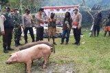 Polisi Puncak Jaya berikan tali asih ke warga Kampung Dondobaga