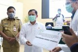 Menkes Terawan serahkan insentif dokter residen di Sulut