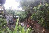 Tebing sungai terkikis, Rumah Makan Barangin Jalur 32 Pasaman Barat terancam ambruk